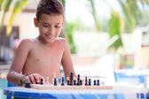 Kind spielt schach — Stockfoto