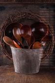набор различных деревянные ложки в деревянные ведро — Стоковое фото