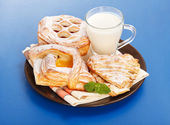 Various cakes and milk breakfast — Stock Photo