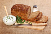 Hnědé plátky chleba a pikantní zakysanou smetanou — Stock fotografie
