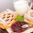 Sour cherry cake, jam and milk — 图库照片
