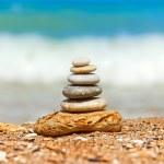 Deniz tarafında yığılmış çakıl taşları — Stok fotoğraf