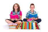 φοιτητές ανάγνωση βιβλίων — Φωτογραφία Αρχείου
