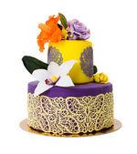 Kolorowy tort ozdobiony cukierki kwiaty i koronki — Zdjęcie stockowe