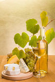 White wine with grape and cheese snack — Zdjęcie stockowe