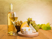White wine with grape and cheese snack — Stockfoto