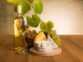 White wine with grape and cheese snack — ストック写真
