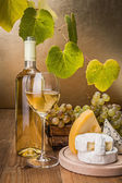 White wine with grape and cheese snack — Стоковое фото