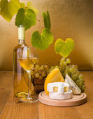 White wine with grape and cheese snack — Stock fotografie