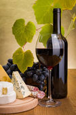 Red wine with grape and cheese snack — Stok fotoğraf