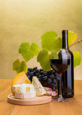 Red wine with grape and cheese snack — 图库照片
