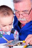 Nonno, nipote di saldatura con ferro di insegnamento — Foto Stock