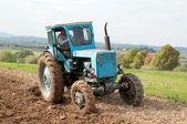Tracteur dans le champ — Photo