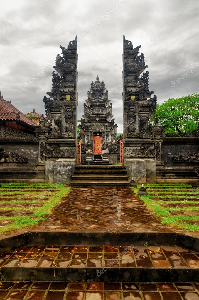 Traditional balinese architecture. Gate of temple. — Stock Photo #13259628