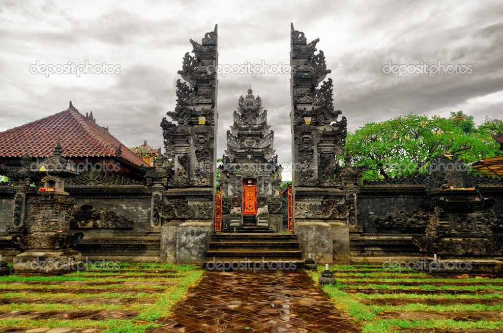 Traditional balinese architecture. Gate of temple. — Stock Photo #13283539