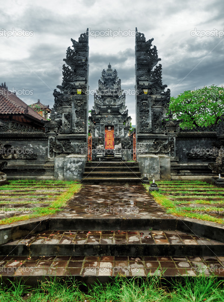 Traditional balinese architecture. Gate of temple. — Stock Photo #13375373