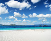 White sand beach and blue sky — 图库照片
