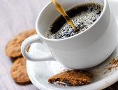 Biscuits gruau et café sur la table en bois — Photo