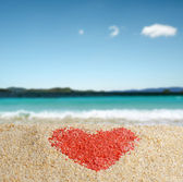 红色的心签在黄砂. — 图库照片