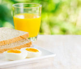 Boiled egg, toasts and orange juice. — Stock fotografie