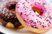 Verse donuts op aard achtergrond. — Stockfoto