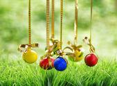 Uova di pasqua appeso su nastri d'oro. — Foto Stock