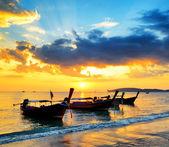 Tradizionale tailandese imbarcazioni al tramonto spiaggia — Foto Stock
