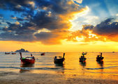 Traditional thai boats at sunset beach — Foto Stock