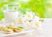 Vários canapés e copo de leite — Fotografia Stock
