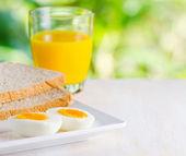 вареные яйца, тосты и апельсиновый сок. — Стоковое фото