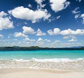 White sand beach and blue sky — Stock Photo