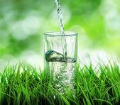 Su doğa zemin üzerine — Stok fotoğraf
