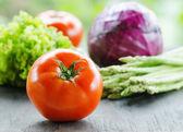 различные овощи на деревянный стол — Стоковое фото