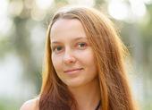 Porträtt av ung vacker kvinna utomhus — Stockfoto