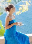 Genç bir kadın sabah terasta kahve içme — Stok fotoğraf