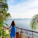 jonge vrouw kijken naar de zee — Stockfoto