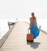 Joven mujer caminando en el muelle de madera. — Foto de Stock