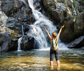 Female hiker looking at waterfall — Foto de Stock