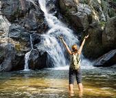 Randonneuse regardant cascade — Photo