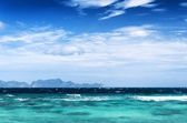 Beautiful tropical sea and blue sky — Stock Photo