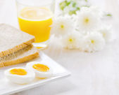 Boiled egg, toasts and orange juice. — Stockfoto