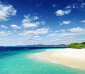 White sand beach and blue sky — Stock Photo