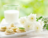 Several canapes and glass of milk — Stockfoto
