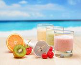 Lichotníku ovoce na dřevěný stůl na tropické pláži — Stock fotografie