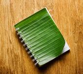 Blocco note si trova sulla tavola di legno — Foto Stock