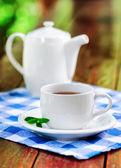 Filiżankę herbaty na drewnianym stole — Zdjęcie stockowe