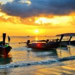embarcaciones tradicionales tailandeses en la playa al atardecer — Foto de Stock
