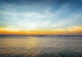 Mar y el cielo al atardecer. hermoso paisaje. — Foto de Stock