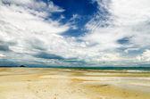 Schönen himmel und strand bei ebbe — Stockfoto