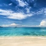 Beautiful tropical sea and blue sky — Stock Photo #31871167